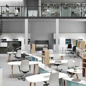 """Meble z kolekcji """"Space"""" (Kinnarps) umożliwiają stworzenie różnorodnych stanowisk pracy w jednej przestrzeni. Fot. Kinnarps"""