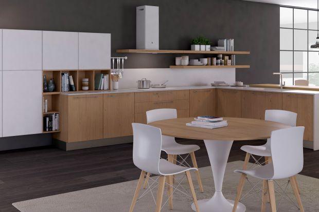 To chyba jedno z najpopularniejszych zestawień kolorystycznych stosowanych w meblach kuchennych. Chłód bieli i ciepło drewna idealnie uzupełniają się wzajemnie, tworząc harmonijną i zawsze modną całość.