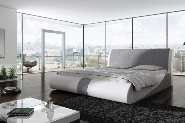 Mężczyźni, zwłaszcza będący singlami, urządzając sypialnię, stawiają przede wszystkim na wygodę i oryginalność. Dlatego wybierają łóżka intrygujące formą, zwłaszcza, gdy mają do dyspozycji większą powierzchnię do zagospodarowania.