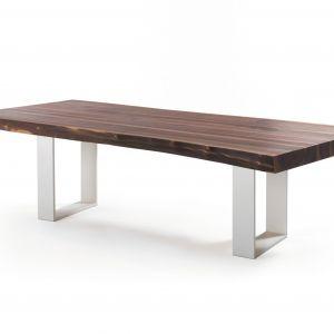 Stół z blatem z orzechowego drewna, na metalowych nogach. Fot. Trebord