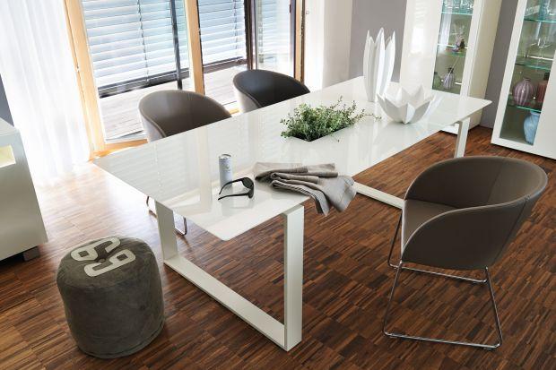 Jeśli nie wiesz, jaki stół wybrać do jadalni, bo dostępnych kolorów i materiałów jest zbyt wiele, zdecyduj się na biel. Jest uniwersalna i sprawi, że kącik jadalniany będzie jasny i elegancki.