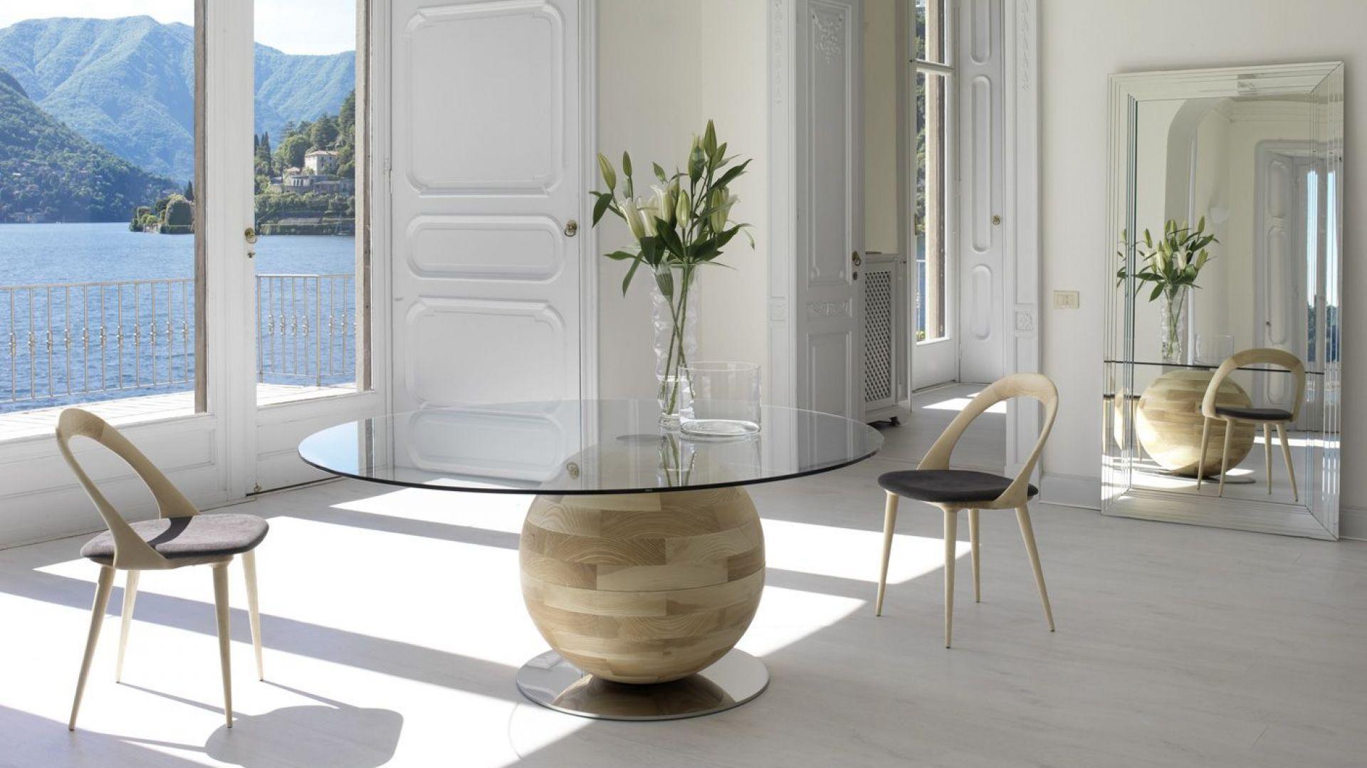 Stół Gheoma okrągły, szklany blat, który umieszczony został na drewnianej kuli. Fot. Porada