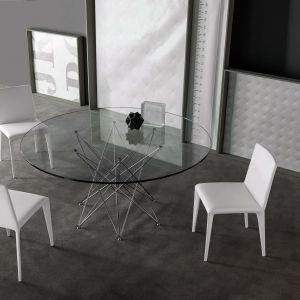 Okrągły stół efektownie wygląda ze szklanym blatem. Fot. Bonaldo