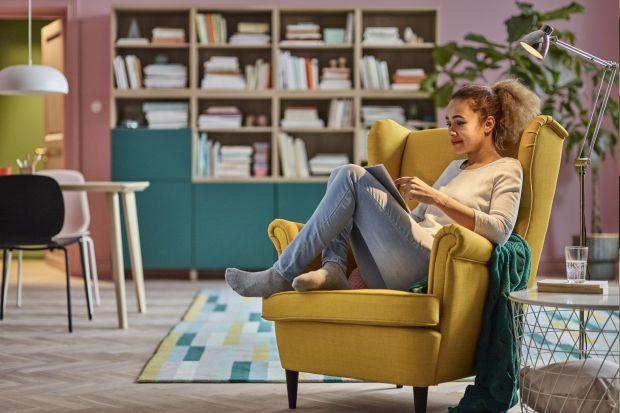 Przed nami długie jesienne i zimowe wieczory, które miło jest spędzić w towarzystwie książek. Warto mieć w salonie miejsce, w którym można wygodnie usiąść i poczytać. Jeszcze lepiej - mieć w pobliżu podręczną półkę na książki.