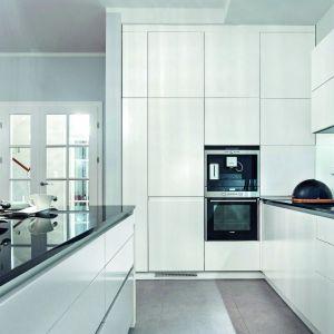 Białe, gładkie fronty optycznie powiększają aneks kuchenny. Fot. Studio Wach/Max Kuchnie