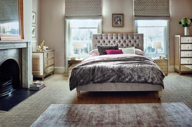Sypialnia to miejsce, w którym styl glamour czuje się doskonale. Meble o bogatych zdobieniach, złocenia, miękkie, szlachetne tkaniny pozwolą stworzyć klimat eleganckiegomiejsca do wypoczynku.