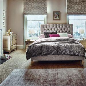 Łóżko Juliette z pikowanym zaglówkiem. Fot. Feather and Black