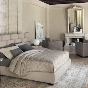 Łóżko Majal z efektownym wezgłowiem. Fot. Flou/Galeria Heban