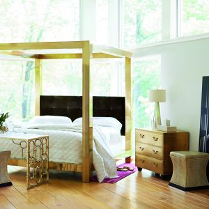 Łóżko z pozłacaną ramą. Fot. Open Space Interiors
