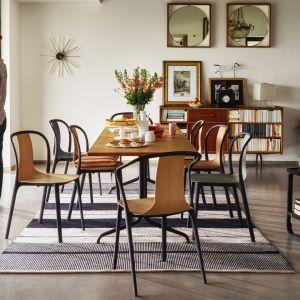 """Krzesła z serii """"Belleville Chair Wood"""" firmy Vitra. Projekt: Ronan & Erwan Bouroullec. Fot. Vitra"""