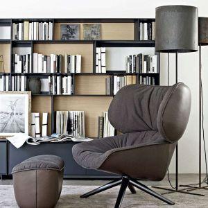 Wygodny fotel, podnóżek, stojąca lampa i półka z książkami to idealny kącik do czytania. Fotel Tabano. Fot. B&B italia
