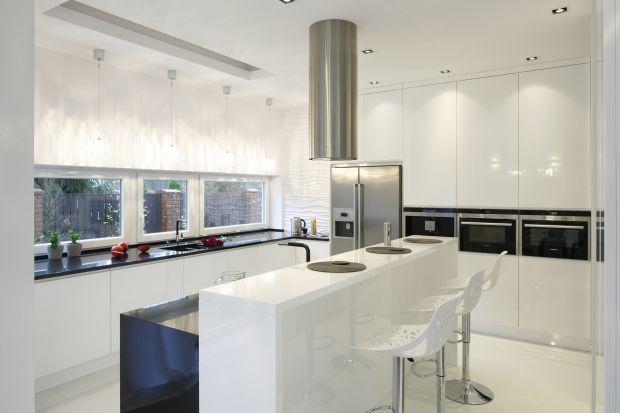 Wysoki bar w kuchni to efektowne zamknięcie zabudowy meblowej, element oddzielający aneks kuchenny od reszty wnętrza, funkcjonalny mebel, który może pełnić funkcję kącika jadalnianego.