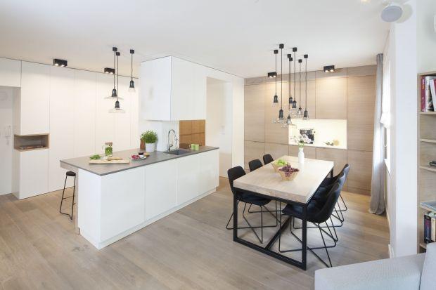 Jak ustawić w mieszkaniu stół z krzesłami, by dobrze spełniał swoje funkcje? To niełatwe zadanie, zwłaszcza jeśli lubimy otwarte wnętrza, łączące różne strefy - kuchenną, jadalnianą i wypoczynkową.