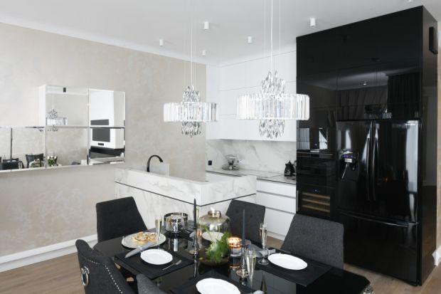 Połyskliwe fronty mebli kuchennych dają efekt elegancji i glamour, jednocześnie podkreślając nowoczesność aranżacji wnętrza. Ich popularność już od kilku sezonów utrzymuje się na wysokim poziomie.