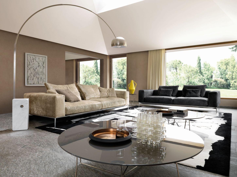 Salon z dwiema kanapami i dwoma dużymi stolikami kawowymi. Fot. Desiree