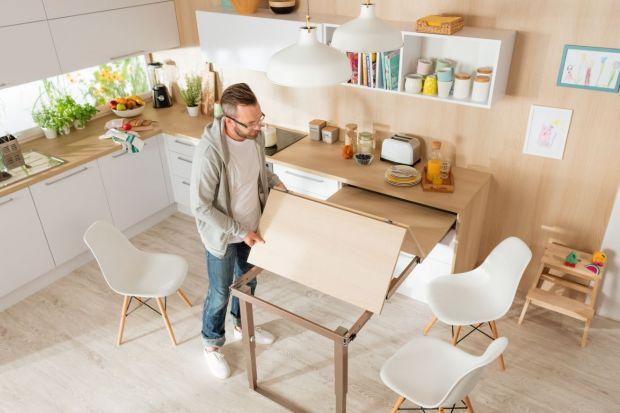 Mała kuchnia wcale nie oznacza mało miejsca. Wystarczy odpowiednio ją zaplanować i wykorzystać zakamarki, które mogą stać się dodatkowym miejscem do przechowywania.