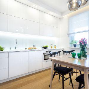 Jednolita biel gładkich frontów sprawia, że kuchnia wygląda efektownie. Fot. Studio Wach/Max Kuchnie