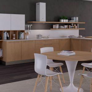 Drewniane elementy ocieplają chłodną, białą kuchnię. Fot. Lube