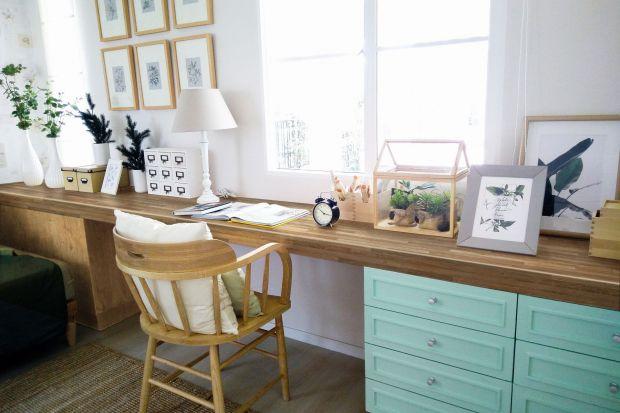 Domowy kącik do pracy można zaaranżować w praktycznie każdym pomieszczeniu. Co więcej, można urządzić go tak, by stał się elementem dekoracyjnym wnętrza. Podpowiadamy, jak stworzyć domowe biuro dopasowane do wnętrza w każdym stylu, poczynaj