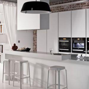 Minimalistyczna kuchnia w bieli. Fot. Zajc Kuchnie