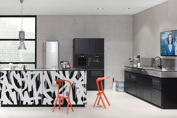 Jednym znajpopularniejszych zestawień kolorystycznych wykorzystywanych we wnętrzach kuchennych jest połączenie czerni i bieli.Wygląda nowocześnie i elegancko, łatwo też dobrać do niego dodatkowe elementy.
