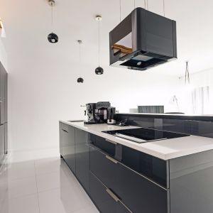 Grafit to bardzo modny kolor w kuchni. Fot. Studio Bukowska/Max Kuchnie