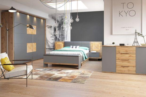 Jedno z najmodniejszych w tym sezonie połączeń kolorystycznych to szarość w zestawieniu z odcieniami naturalnego drewna. Taka kompozycja sprawdza się zarówno w salonie, jak i jadalni czy sypialni. Zobacz inspiracje!
