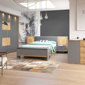 W sypialni Livorno większość powierzchni jest szara, drewniane wstawki ocieplają całość. Fot. Szynaka Meble