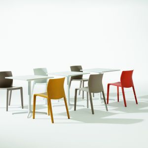 Kolorowe krzesła z tworzywa. Fot. Arper