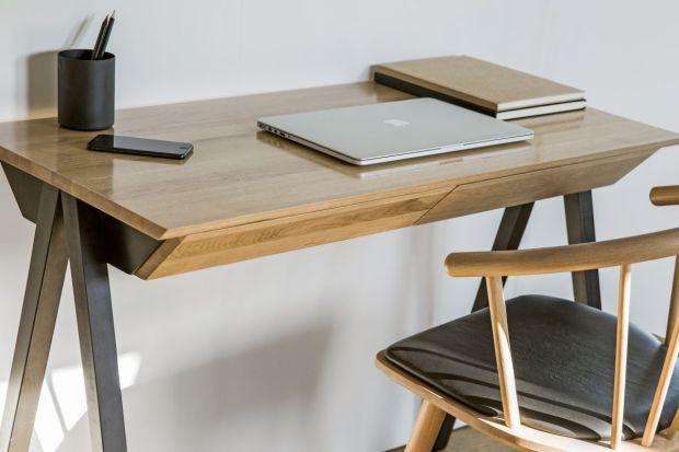 """""""Vogel"""" to praktyczne biurko, które pomoże w pracy lub przysłuży się jako toaletka. W tym klasycznym modeluskośne szuflady komponują się z nogami, a całość zyskuje lekki wygląd."""