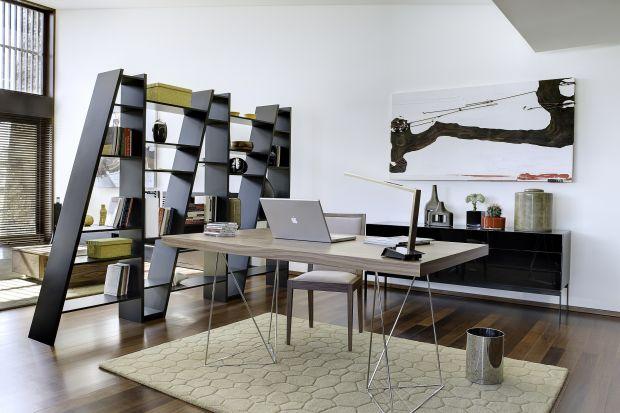Regały na książki i bibeloty doskonale sprawdzają się jako dodatkowa ścianka działowa, która pozwala podzielić otwarte wnętrze na strefy. Stanowiąwtedy zarówno funkcjonalny element aranżacji i miejsce do przechowywania, jak i dekorację wn�
