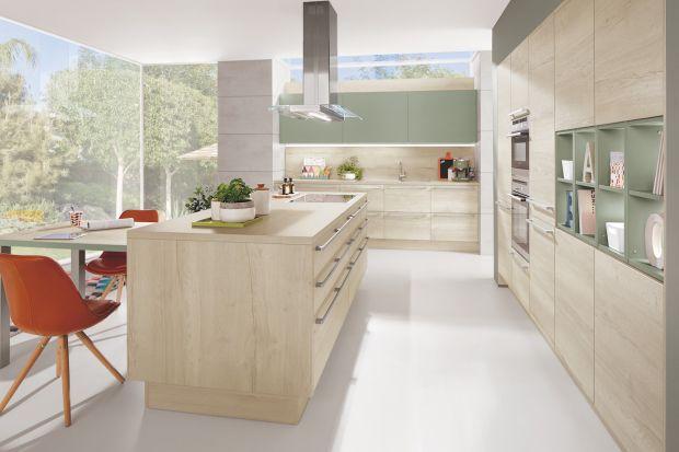 Dąb czy sosna? Orzech, a może buk lub brzoza? Gatunków i kolorów drewna, które można wykorzystać w meblach kuchennych jest wiele, a każdy z nich tworzy zupełnie nowy klimat w jednym z najważniejszych pomieszczeń w domu.