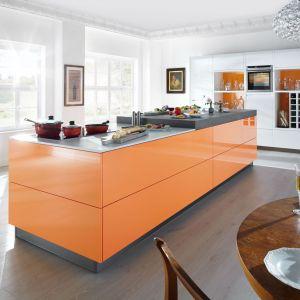 Wyspa kuchenna w żywym kolorze wprowadza radosny nastrój do wnętrza. Fot. Home Concept