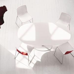Supernowoczesny biały stół. Fot. Arper