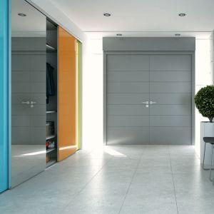 Szafa w przedpokoju, dzięki dobraniu odpowiednich kolorów,  może być ozdobą pomieszczenia. Fot. Komandor