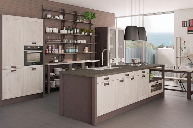 Otwarte półki w zabudowie kuchennej toelement, który dodaje wnętrzu lekkości i oryginalności. Pozwala na wyeksponowanie pięknej zastawy lub dekoracyjnych przedmiotów, które podkreślają indywidualny styl kuchni.