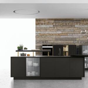 Ozdobą tej kuchni jest oryginalna ściana, na tle której pięknie prezentują się ciemne szafki i wyspa. Fot. Doimo