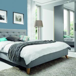 Łóżko tapicerowane Glame pasuje do nowoczesnej sypialni. Fot. Wajnert