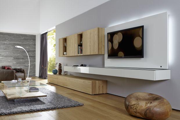 Najpopularniejsze są tradycyjne dęby, ale buk, orzech i sosna też mają swoich zwolenników. Meble w kolorach naturalnego drewna nie tylko są ponadczasowe, ale potrafią stworzyć w salonie ciepły i przytulny klimat.