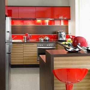 Kuchnia KAM Plus z czerwonym wykończeniem. Fot. KAM Kuchnie