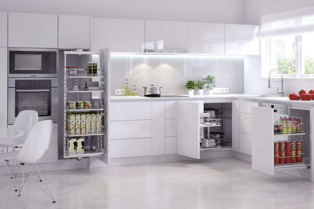 Aranżację kuchni łatwo można odmienić, wcale przy tym nie decydując się na trudne, kosztowne i czasochłonne prace. Zamiast płytek ceramicznych, wystarczy nad blatem zamontować szkło. Transparentne lub kolorowe tafle są receptą na szybki remon
