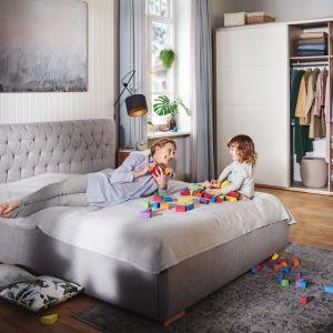 Łóżko z miękkim, komfortowym wezgłowiem. Fot. BRW