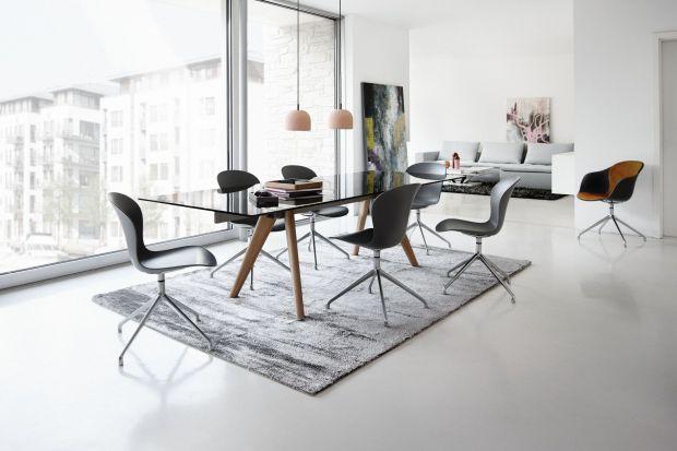 Szklane blaty stołów zazwyczaj posadowione są na solidnych nogach z drewna lub stali, ewentualnie na postumentach lub metalowych płozach. Wykonane z takich materiałów meble najlepiej komponują się z wnętrzami w stylu nowoczesnym lub wręcz indust
