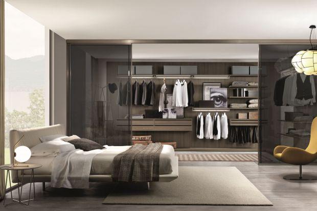 Organizację szafy lub garderoby ułatwia nam szereg rozwiązań, przeznaczonych do przechowywania bardzo konkretnych przedmiotów. Kosze i szuflady na buty, wyspecjalizowane wieszaki na spodnie czy krawaty, pojemniki na apaszki, paski i inne drobiazgi, w