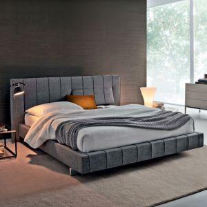 Łóżko tapicerowane z pikowanym zagłówkiem. Fot. Molteni
