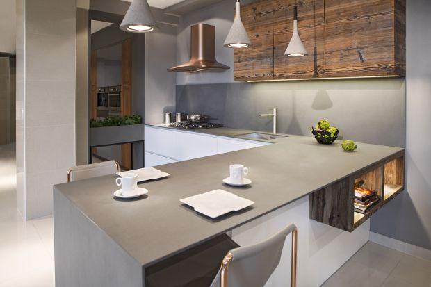 Blat jest jednym z najważniejszych elementów kuchni. To na jego powierzchni wykonuje się znakomitą większość prac związanych z gotowaniem, to on bezpośrednio łączy się ze sprzętem agd pod zabudowę, zlewozmywakiem i ścianą. To on również