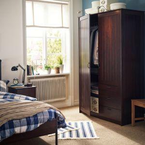 Nawet w małej sypialni warto zadbać o to, by mieć miejsce do przechowywania. Fot. IKEA