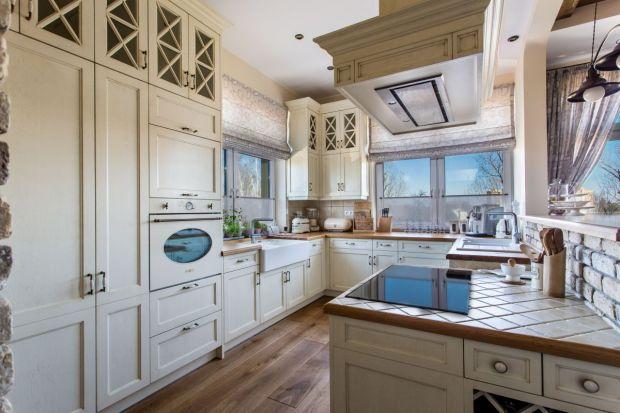 Tradycyjne w formie i kolorystycemeble kuchenne chyba nigdy się nie znudzą - są bowiem ponadczasowe i nie ulegają przelotnym modom. Dzięki nim stworzymy przytulne, pełne ciepła i dobrej energii wnętrze.