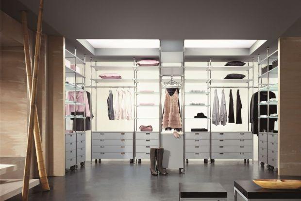 Otwarta garderoba - rozwiązanie funkcjonalne i estetyczne