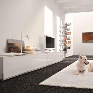 Minimalistyczne wnętrze z białymi meblami. Fot. Cattelan Italia